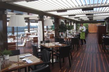 Restaurant Bioclimatic Pergola and Glass Panels